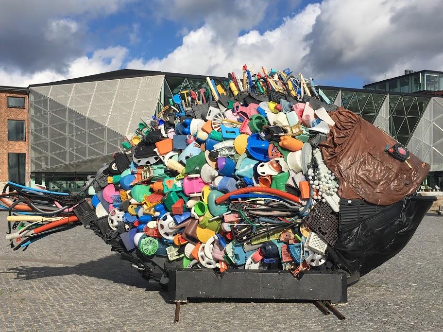 Skulptur: Ein Fisch aus Plastik