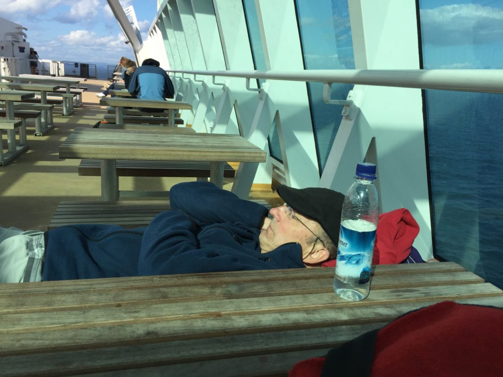 Schlafend auf Schiffs-Deck