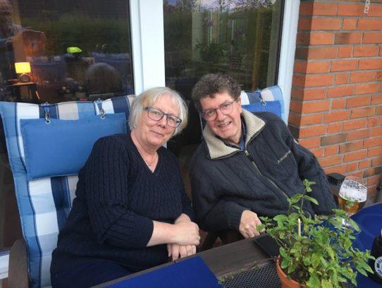 Paar auf Terrasse