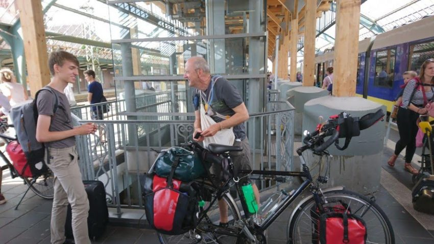 mit Fahrrad am Bahnhof