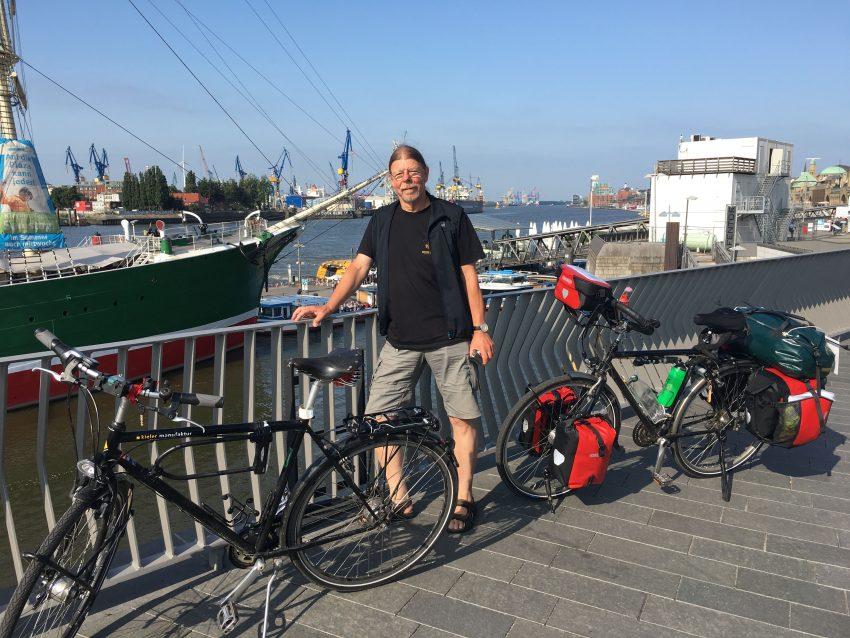 Mann, 2 Räder im Hamburger Hafen
