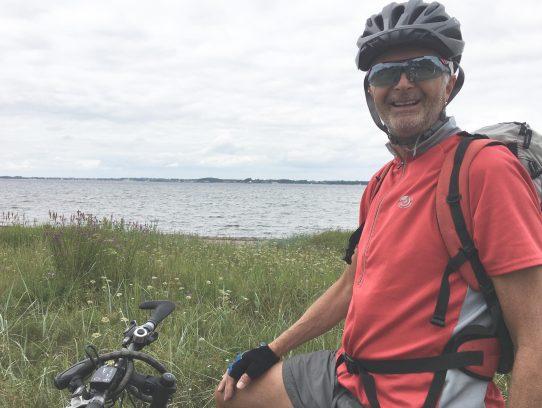 Mann mit Rad vor Ostsee