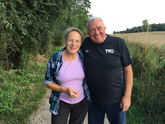 Ehepaar auf Weg vor Getreidefeld