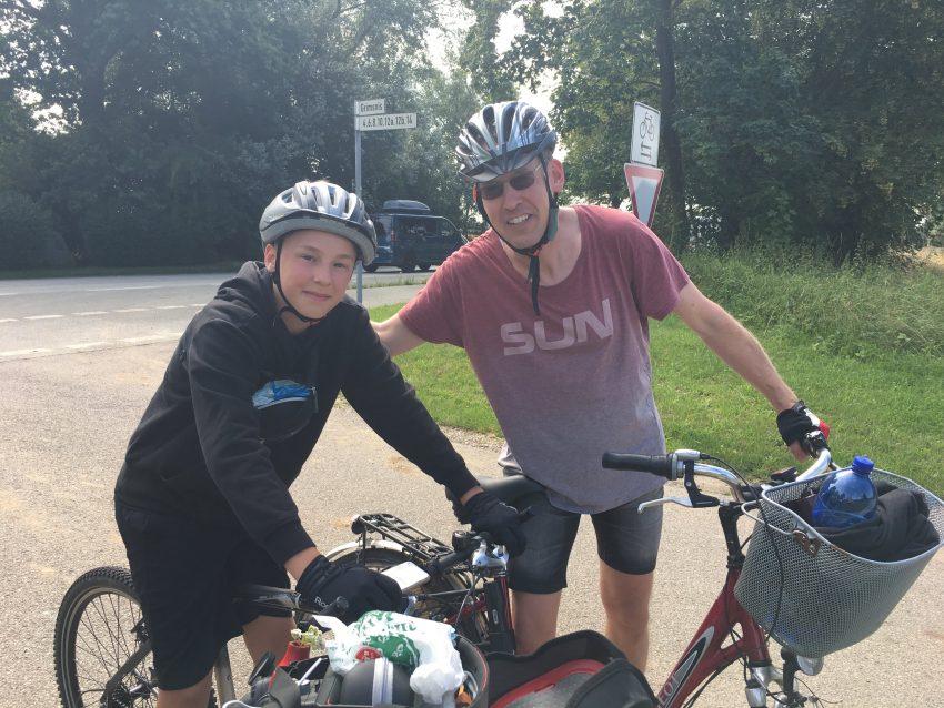 Vater und Sohn mit Rädern