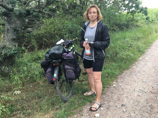 Frau neben Fahrrad