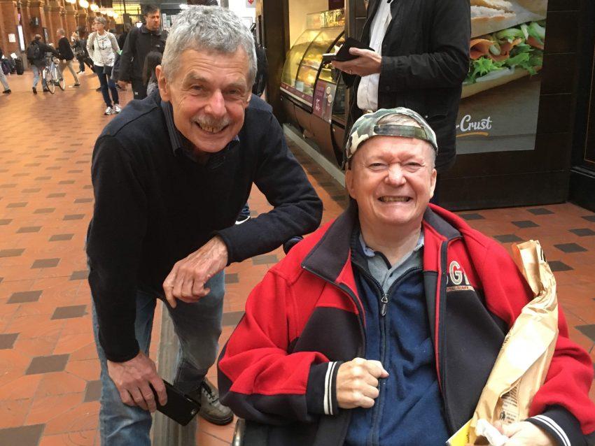 Mann im Rollstuhl und Betreuer