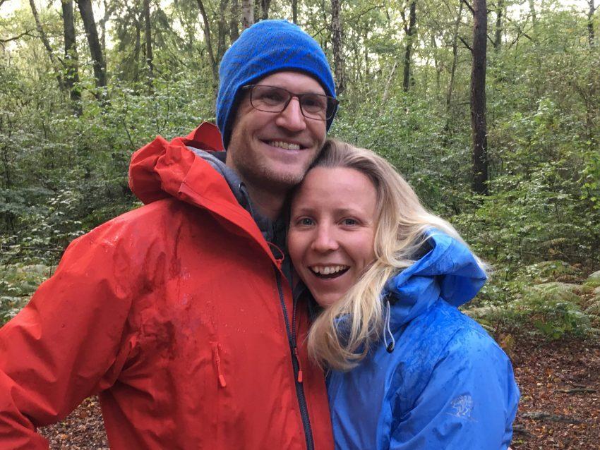 junges Paar im Wald