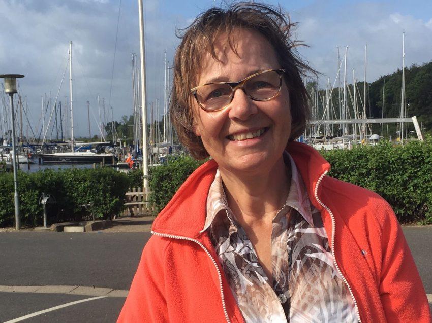 Frau vor Hafen-Hintergrund