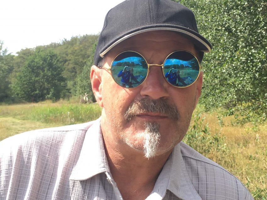 Mann mit Cap und spiegelnder Sonnenbrille