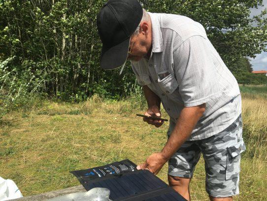 Mann fotografiert Solarpanel