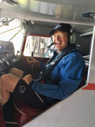Mann im Cockpit eines Kleinflugzeugs
