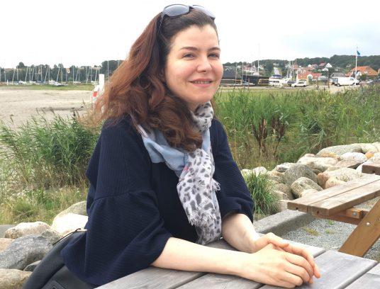 Frau an Picknick-Sitzgruppe
