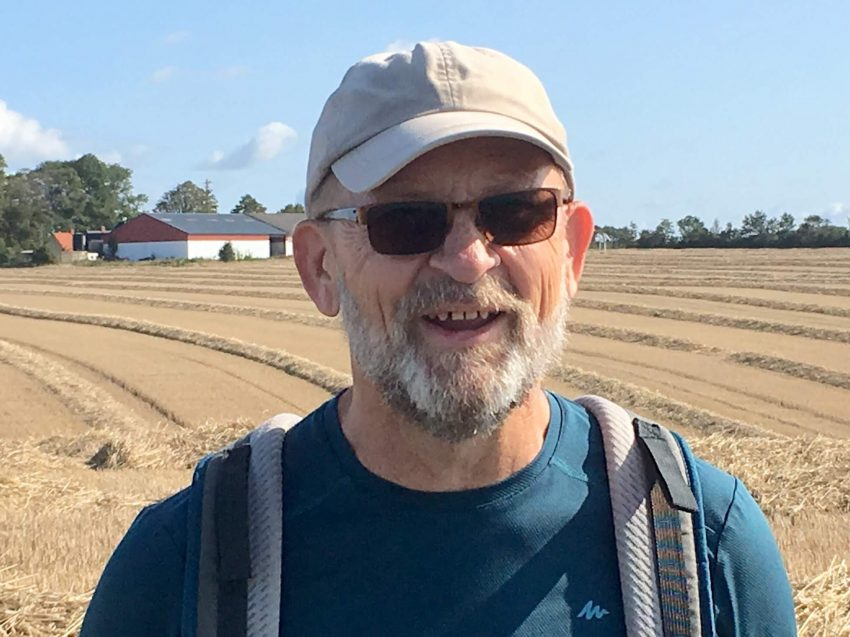 Mann mit Cap vor Feld