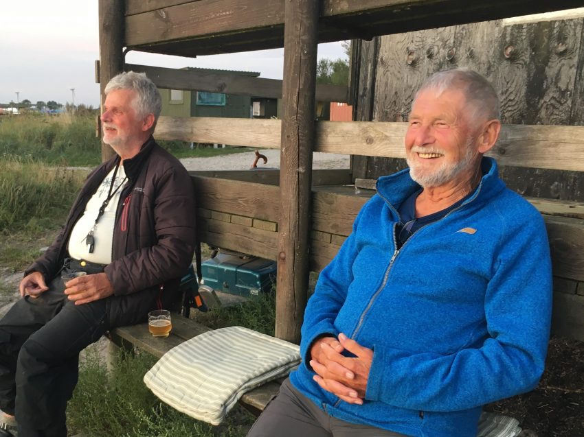 zwei Männer mit Bier auf einer Bank