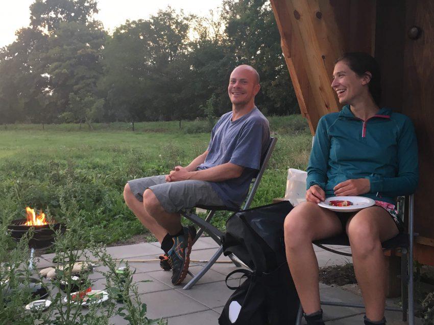 Paar auf Campingstühlen