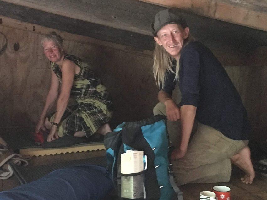 Paar in Übernachtungshütte