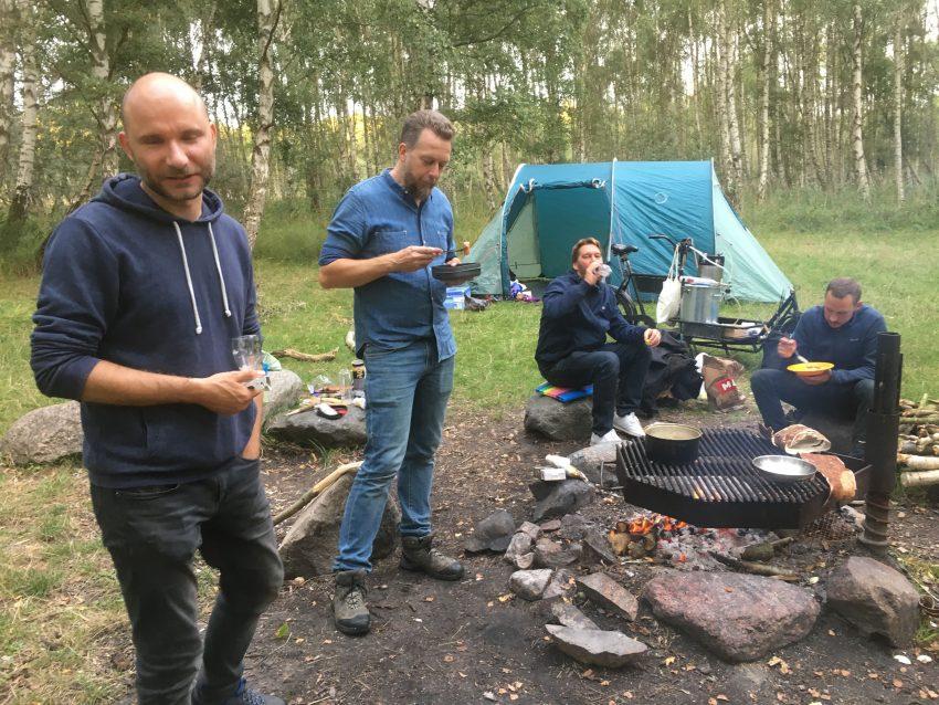 vier Männer mit einem Zelt