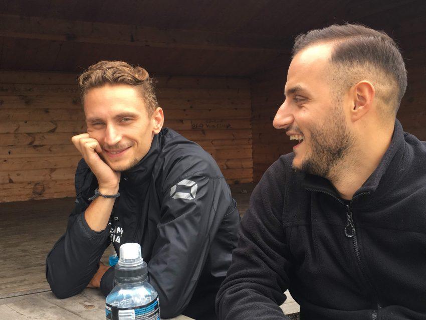 Zwei junge Männer vor einer Hütte