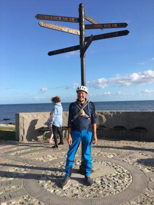 Radfahrer vor Wegweiser-Schild