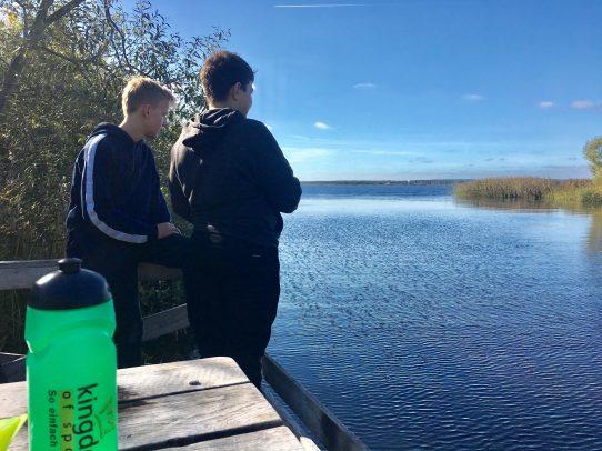 Zwei Jungen am See