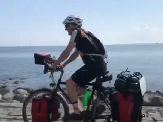 Fahrradfahrer vor der Ostsee