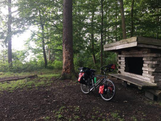 Hütte im Wald an der Steilküste