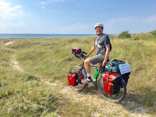 Mann mit Rad in Ostseedüne