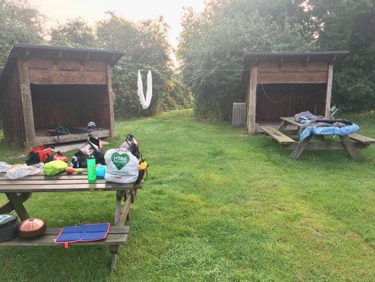 2 Hütten. Sitzgruppe.