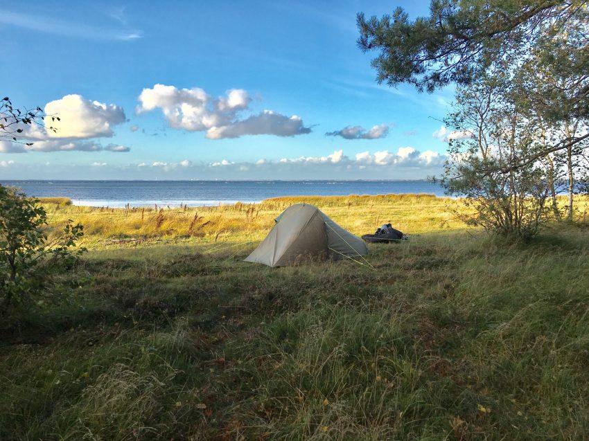 Zelt vor Strand