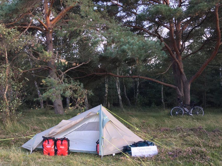 Zelt vor Wald