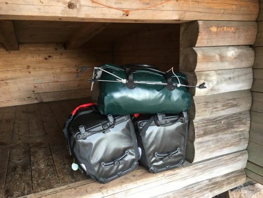 Taschenstapel in Shelter-Öffnung
