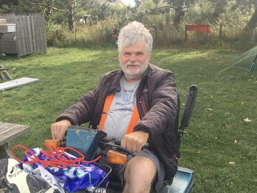 Mann im elektrischen Rollstuhl