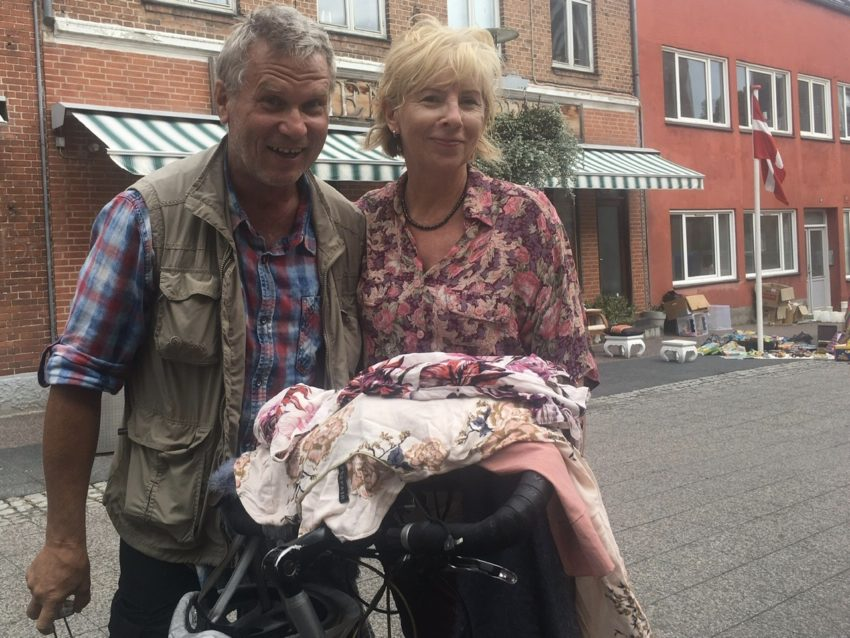 Paar hinter Fahrrad, Kleidungsstücke auf dem Lenker