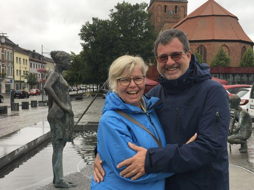 Paar vor Kirche