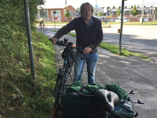 Mann mit Rad