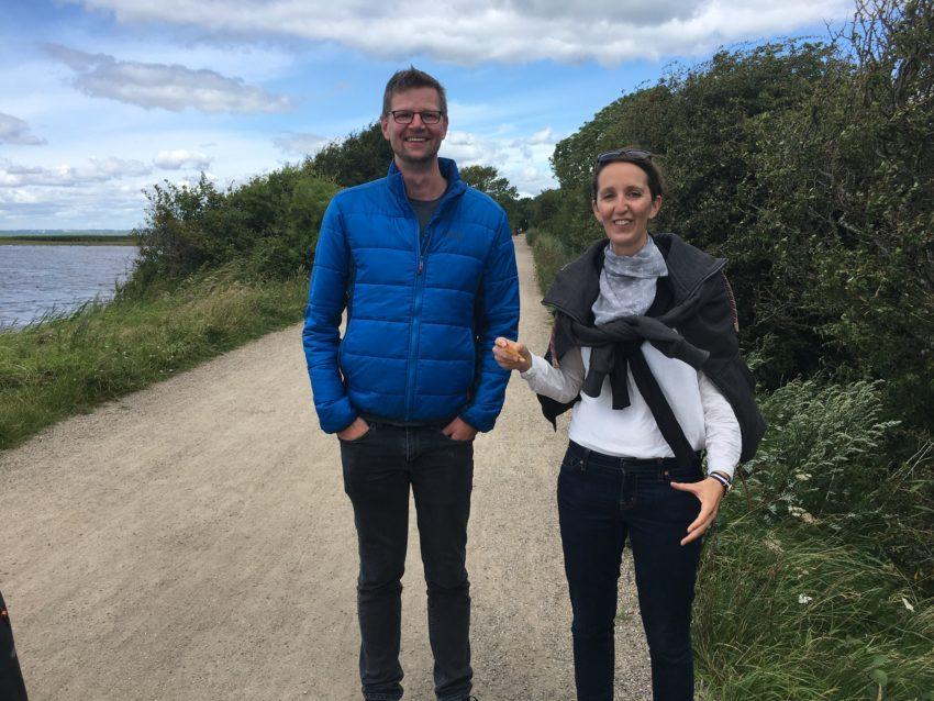 Paar auf Weg am Meer
