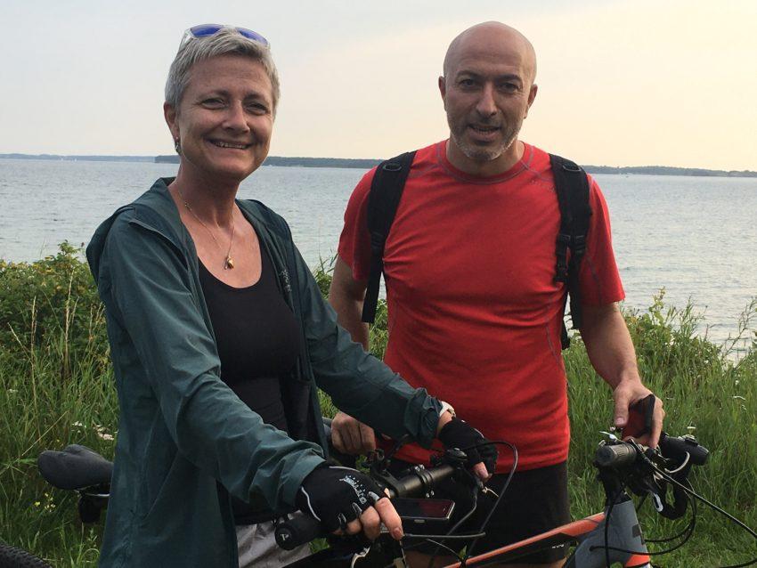 Paar mit Rädern vor Meer