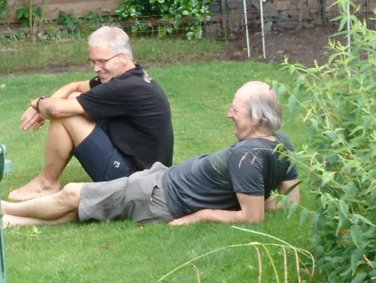 Zwei Männer liegen auf dem Rasen