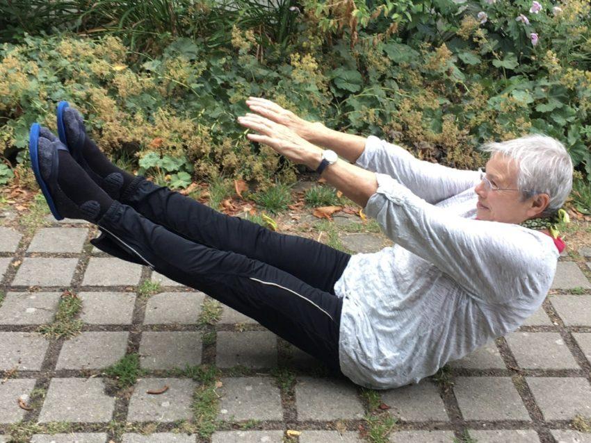Frau macht Yoga-Übung auf dem Boden
