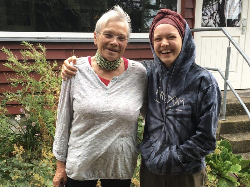 Enkelin umarmt Oma