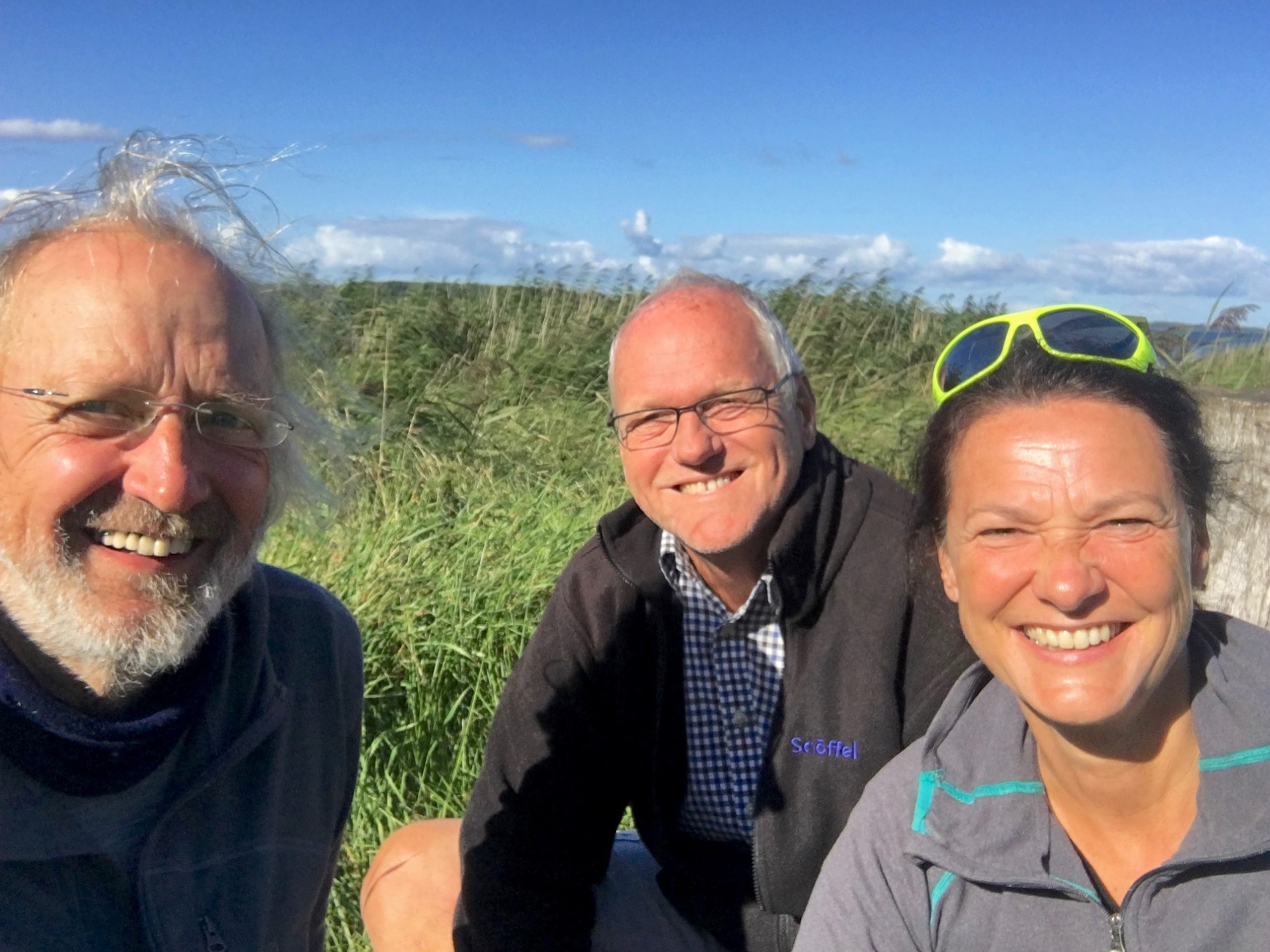 drei Personen vor Ostsee
