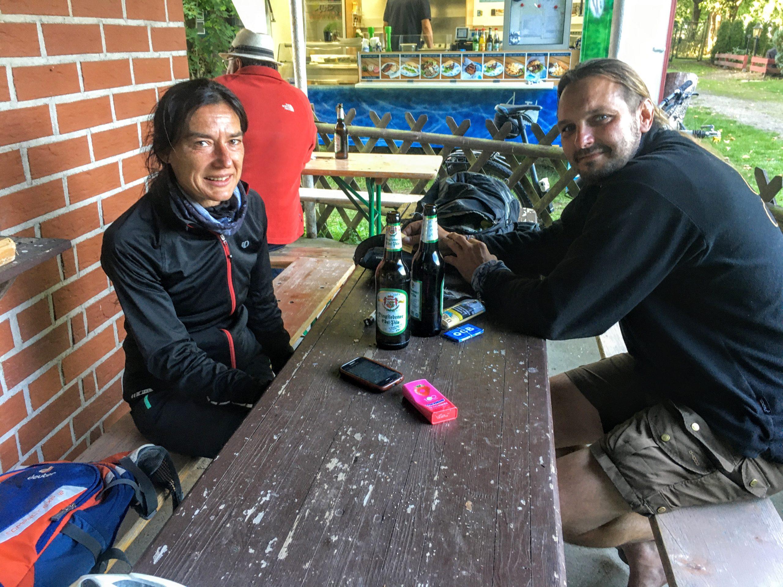 Paar am Tisch mit Bier