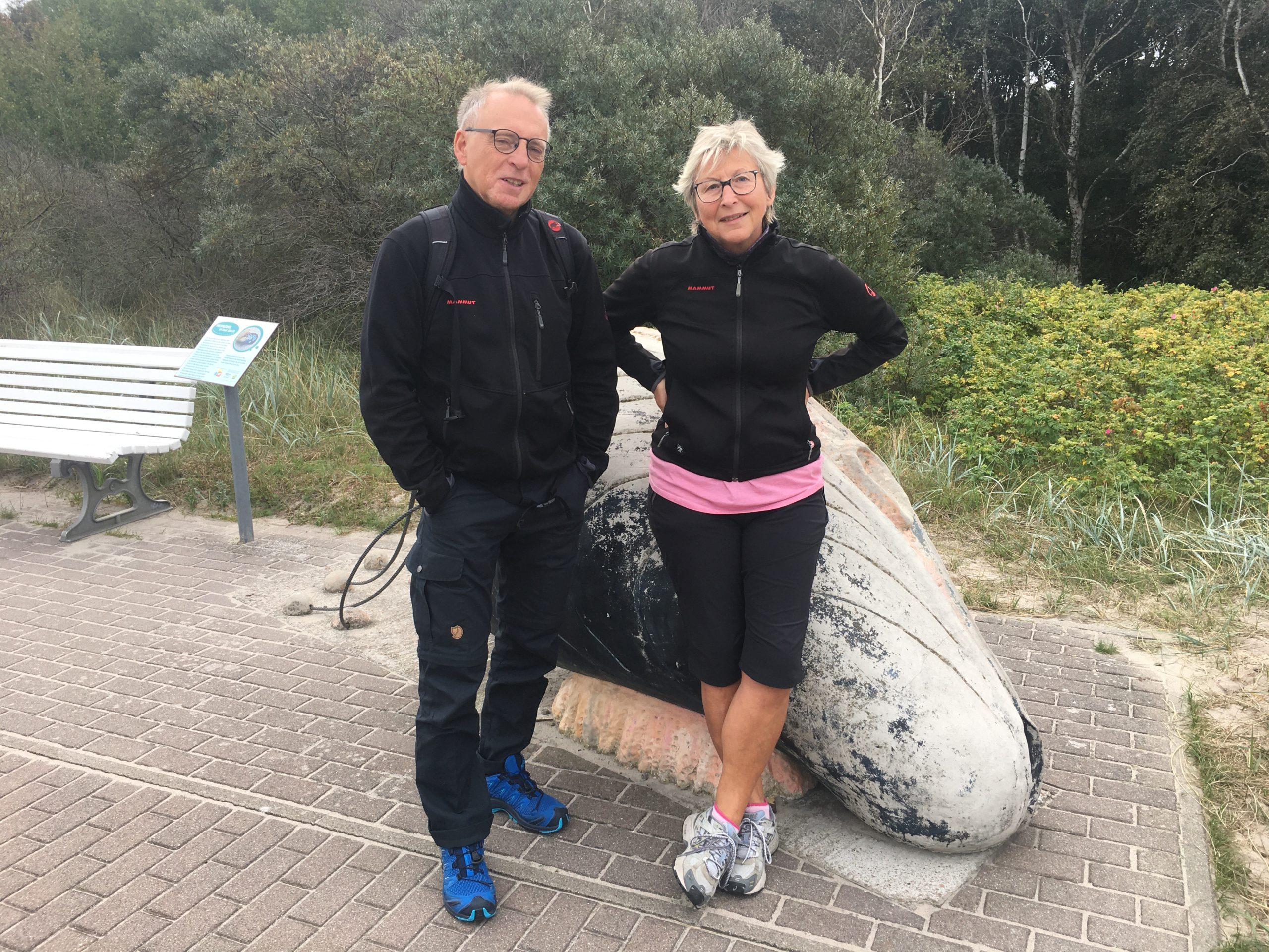 Paar vor großer Miesmuschel-Skulptur