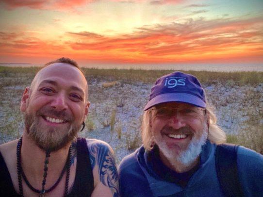 2 Männer vor Sonnenuntergang